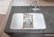 水切りプレートやまな板を標準設置した、便利なシンク。水はねの音も気にならない低騒音仕様です。