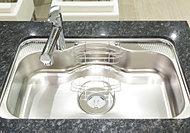 大鍋もスムーズに洗えるワイドなシンク。水撥ね音を抑えた静音設計です。※Jタイプのみ W:600シンク※参考写真