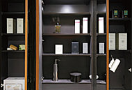 三面鏡裏に、化粧品や小物などをすっきりとしまえる収納を設置しました。