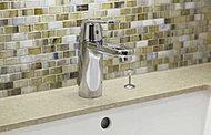 ひとつのレバーで水量や温度の調節ができるデザイン性が高いドイツ・グローエ社製水栓。壁面のモザイクタイルが気品ある空間を演出します。
