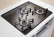 油汚れが簡単に拭き取れるので、キッチンが常に美しく清潔に保てます。バーナーには温度センサーと消し忘れ機能を搭載し、安全性にも配慮しています。※タイプによりサイズ、仕様が異なります。