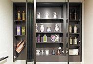 洗面化粧台の三面鏡の裏側には、化粧品や洗面用具、ドライヤー、ティッシュBOXなどをまとめて収納できるスペースをご用意しています。