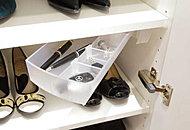 下足入には印鑑やペンを収納できる小物入れを設置。宅急便の受け取りの際に便利です。