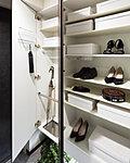 ご家族の靴はもちろん、傘立てや印鑑などの小物を収納するのに便利な回転トレー、ラック、フックなどを標準装備しています。