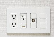 電気コンセントに加え、テレビ、電話、インターネット接続用の端子を一体化したコンセントを採用しています。※居室により仕様が異なります。