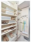 """多くの靴を収納できる大容量のシューズボックス。傘立ても設け、""""住まいの顔""""玄関を美しくします。"""