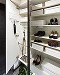 ご家族の靴はもちろん、傘立てや印鑑などの小物を収納するのに便利な回転トレー、ラック、フックなどを標準装備しています。※1