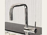 スタイリッシュなスクエアデザインで、キッチンをモダンに演出する、デザイン性と機能性を備えた水栓。ヘッド部分を引き出して使用できます。