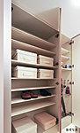 可動棚によりブーツなどもすっきり収納できる機能的なトールタイプのシューズボックスを採用しています。※Jタイプ除く。