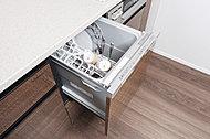 高温洗浄で油汚れもスッキリと洗い流し、乾燥まで行うことで家事の負担を軽減。手洗いに比べ、節水効果も期待できます。※一部住戸除く