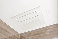 換気・乾燥機能でバスルーム内のカビの発生を抑え、夜間や雨の日の洗濯物の乾燥にも役立ちます。また、冬季には予備暖房にも利用できます。