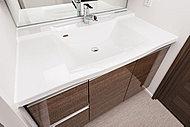 ストレートな形状ながら、カウンターとボウルの継ぎ目がない一体成形。汚れが溜まりにくく、お手入れが容易な洗面化粧台を採用しています。