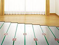 温風暖房とは異なり、頭寒足熱の理想的な温かさを実現するだけでなく、ホコリなどを巻き上げず室内の空気環境をキレイに保つことができます。