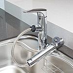 ヘッドが引き出せるのでシンクの隅々までシャワーが届きお掃除も簡単。塩素などを取り除く浄水機能も備えています。※(1)