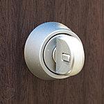 サムターン回しによる玄関の侵入防止策として、特殊な「サムターン回し防止機能」をダブルロック2ヵ所共に採用しています。