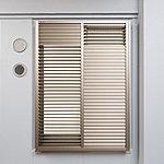 共用廊下側の窓には、可動式ルーバー面格子(上下分割)を採用し、プライバシーを守りながら、採光、通風、安全を確保しています。※一部分割なし)