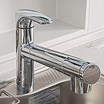 ヘッドが引き出せるのでシンクの隅々までシャワーが届きお掃除も簡単。塩素などを取り除く浄水機能も備えています。※浄水カートリッジの交換は有償