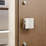 住戸の玄関ドアには、上下2ヵ所の施錠で防犯性を高めています。