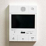 来訪者のモニター映像を室内から確認できるカラーモニター付インターホンを設置。