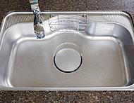 洗い物をするときの気になるシンクの水はね音を軽減させた、静音タイプのシンク。ワイドサイズで大きな調理器具も楽に洗えます。
