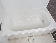 ゆるやかな楕円のフォルムで身体を優しく包み込むシンプルなデザイン。浴槽上部を広くとった、ゆったり入浴できる形状です。