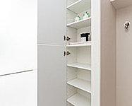 洗面室には、タオルや洗剤などのサニタリー用品の収納に便利なリネン庫を設置。可動棚のため、小物もすっきり整理できます。