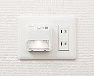 廊下には夜間や停電時に安心の足元灯を設置。バッテリー内蔵のため自動点灯します。また、外せば懐中電灯としても使えます。