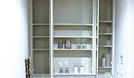 大型三面鏡洗面化粧台は、鏡裏に化粧品や小物が収納できるスペースを確保しました。