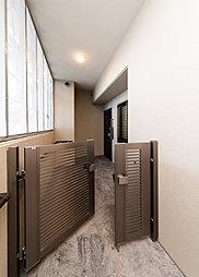 門扉付きのアルコーブ