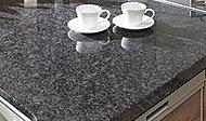 独特の質感がキッチンを上質に演出する「天然御影石」を採用。