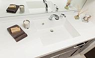 洗面化粧台付天板はスクエアボウルと一体型の人造大理石仕上げ。天板とボウルの溝の汚れもなく、毎日のお掃除も簡単です。