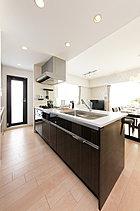 先進の機能設備を備えた、広々とした快適なキッチン・スペース