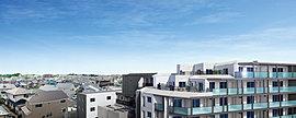 開放感ある見晴らしの地に建つ、空と風を感じるレジデンス。第一種低層住居専用地域の住宅街の一画でこそ得られる、穏やかな安らぎの暮らし。前面が開けており、広がりある住環境となっています。※1