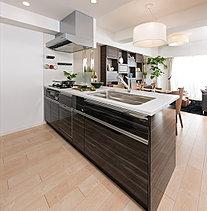 先進の機能設備を備えた、広々とした快適なキッチン・スペース。