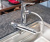 いつでもワンタッチで浄水が使える、浄水器内蔵型。引出し式ヘッドは、シンクのお手入れにも重宝します。