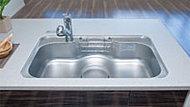 大きなお鍋も洗える大型シンクを採用しました。水の跳ね返り音も減少させる低騒音仕様です。