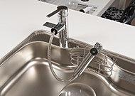 浄水器付きが一体となって、場所をとりません。ハンドシャワーとして引き出せるので、シンクのお手入れも楽にできます。