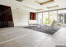 モニュメントとアートを意識した、モダンでスタイリッシュなデザインを採用したエントランスホール。壁面には素材にこだわったアート壁を配し、床には美しいタペストリーのようなカーペットを埋め込みました。