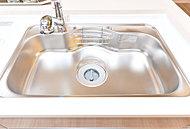シンク制振材の効果によりシンクの水ハネの音を軽減。シャワー水栓から出る水道水がシンク表面にあたる音を低減します。