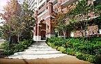 豊潤な庭園と調和し、街並みに馴染みながら、高層レジデンスとしての風格ある建築美。基壇部にはレンガを用い、重厚感と安定感のあるデザインに。中層階から上層階に向かって縦のラインを強調するマリオンを配し、伸びやかな佇まいを創出します。