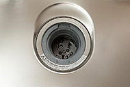生ゴミをシンクの排水口で処理できて、キッチンはいつも清潔。ゴミ出しの量も軽減できるディスポーザーを標準装備。※1