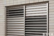 共用廊下こ面した窓には、ルーパー面格子を設置。外から室内が見えにくく、角度調整による目隠し効果も備えた仕様です。