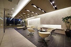 邸宅の顔となるエントランス廻りのデザイン監修には、豊富な実績を有するデザイン事務所を招聘しました。そこにさらなる彩りを添えるのは、彫刻の森芸術文化財団の監修による、日本を代表する彫刻家のアートワーク。