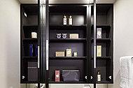 三面鏡裏に収納スペースを確保。化粧小物や洗面用具などを、すっきりと整理することができます。