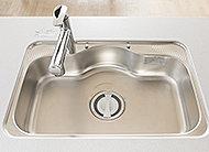 シンクの裏側に振動を抑える工夫を施し、水はね音を低減。大きな鍋なども洗いやすいゆとりのサイズです。