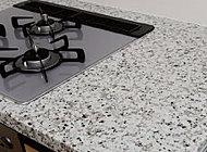 キッチン天板には、美しく高級感溢れる天然御影石を採用しました。