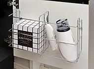 洗面化粧台下には収納カゴを設置。コードも一緒にすっきり収納。