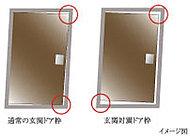 ドアとドア枠の間にクリアランス(すき間)を設けた対震枠付き玄関ドアを採用。