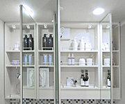大型収納ミラー裏側のスペースを活用し、化粧品等の整理に重宝する鏡裏収納スペースを確保しました。