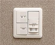 人を感知して自動的に玄関照明の点灯・消灯を行うスイッチを採用。夜間の帰宅時も安心です。